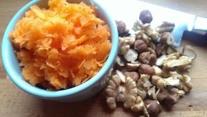 Geriebene Karotten & Nüsse passen super in das Brot!